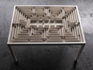 Обеденный стол с встроенным лабиринтом представлен датским дизайнером интерьера Б. Нордсмарком